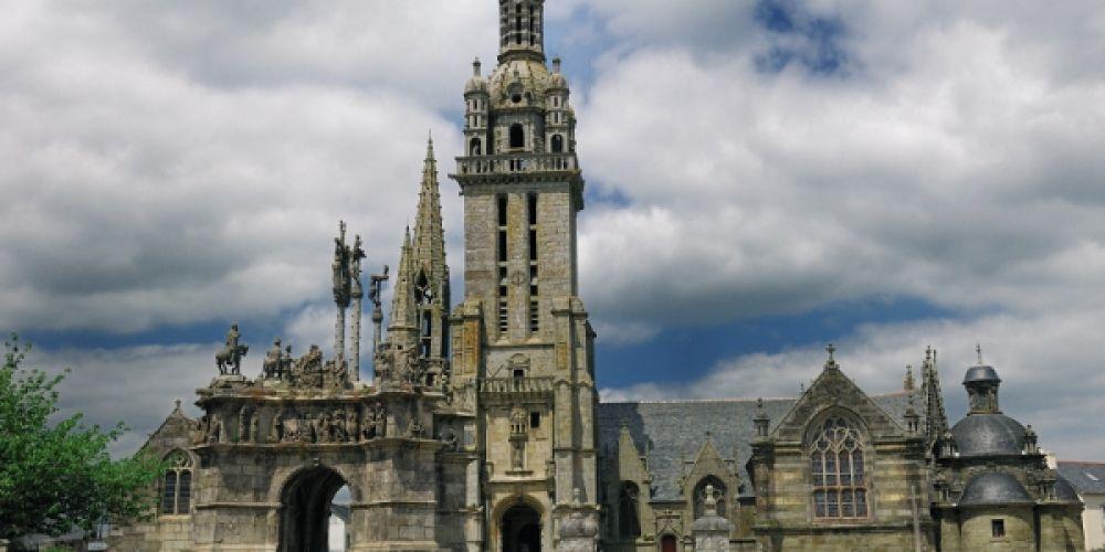 Sur la route des plus beaux enclos paroissiaux de Bretagne